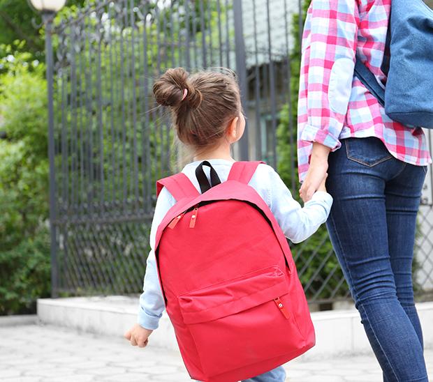 Image d'un enfant et de son parent portant des sacs à dos